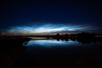 Nuages nocturnes lumineux au-dessus de l'IJssel près de Hattem - Zwolle sur