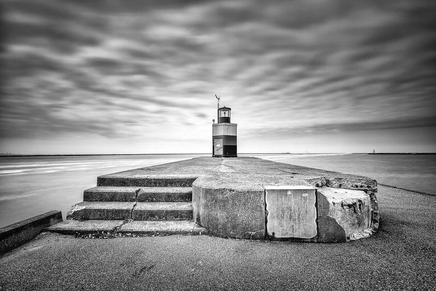 Pier bij IJmuiden zeegezicht met wolkenlucht Black & White