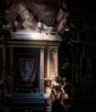 Die Göttin fängt einen Lichtstrahl im geheimnisvollen Hindu-Tempel von Eddie Meijer