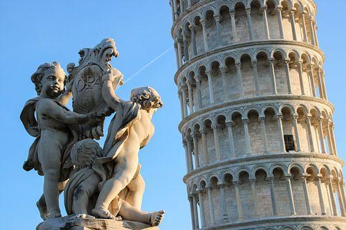 Standbeeld met engeltjes bij de Toren van Pisa