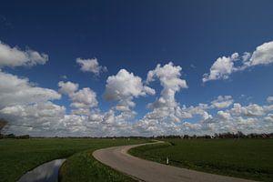 Polderweg met prachtige blauwe lucht