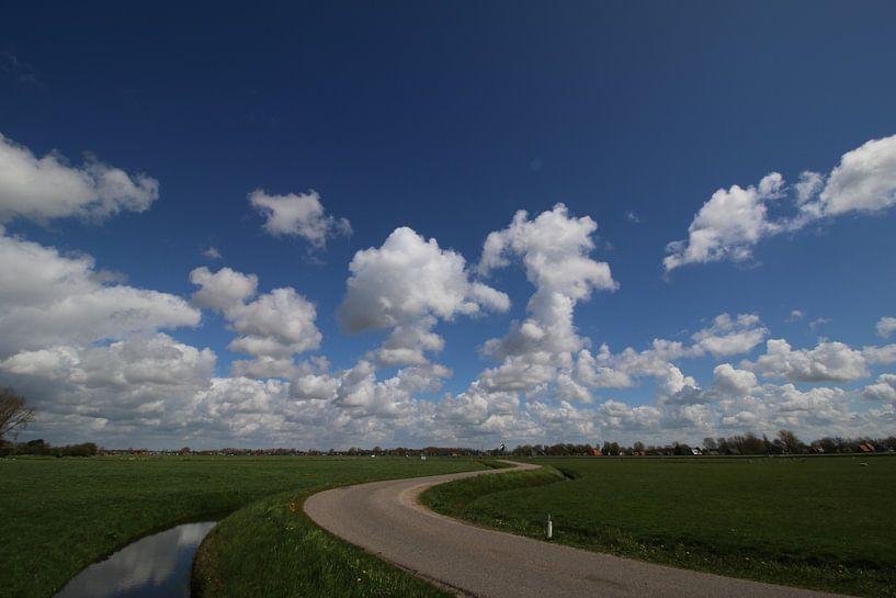Polderweg met prachtige blauwe lucht van Paul Franke