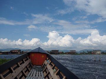Met de boot in Myanmar (Birma) van Sofie Duchateau