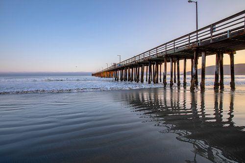 Houten pier in de grote oceaan van Remco Bosshard