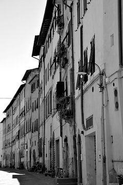 Toskana Italien Lucca Downtown schwarz und weiß von Hendrik-Jan Kornelis