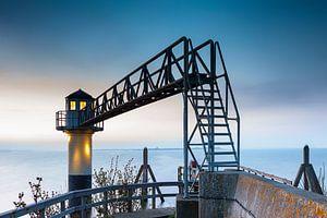 Lichtbaken met brug aan het Lauwersmeer bij Oostmahorn