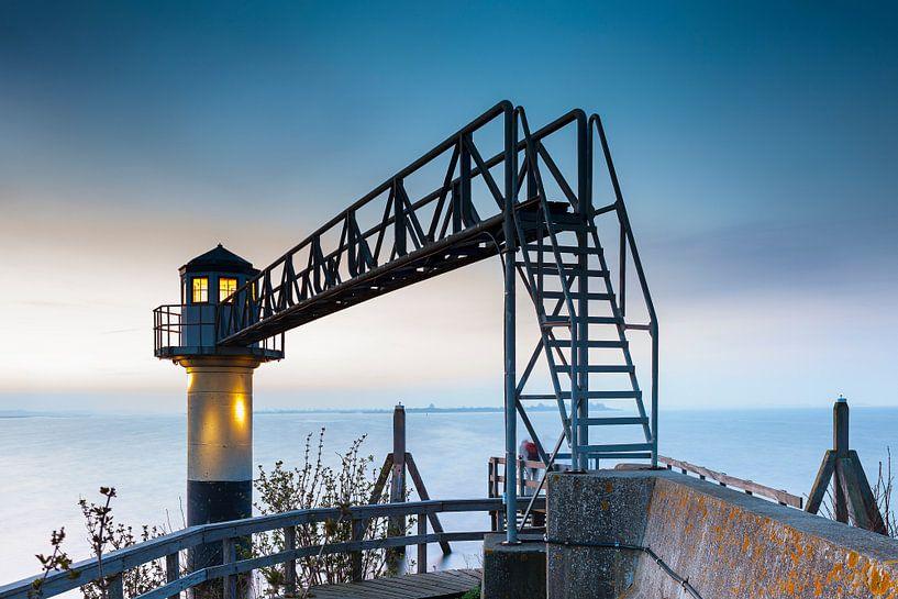 Lichtbaken met brug aan het Lauwersmeer bij Oostmahorn van Evert Jan Luchies