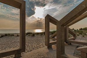 zonsondergang gezien door houten kunstwerk van