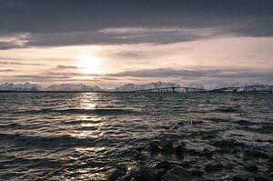 Noorse brug bij zonsopkomst van
