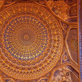 Die Decke der Madrassa Tillya-Kori in Samarkand in Usbekistan von Daan Kloeg