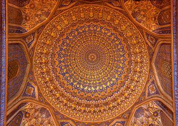 Plafond van de Madrassa Tillya-Kori in Samarkand in Oezbekistan van Daan Kloeg