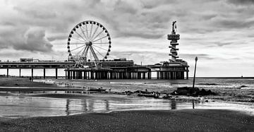 Pier Scheveningen Den haag met reuzenrad in  zwart wit van Groothuizen Foto Art