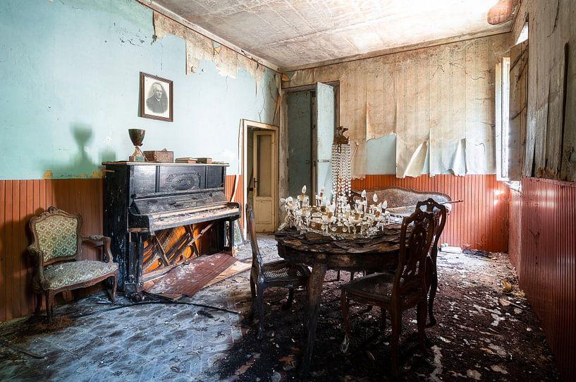 Klavier im verlassenen Wohnzimmer. von Roman Robroek