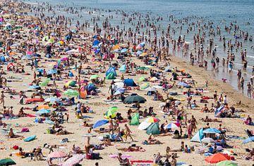 Druk strand van Scheveningen van Jan Kranendonk