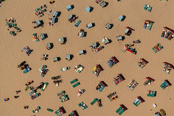Luftaufnahme Menschen im Strandkorb von aerovista luchtfotografie