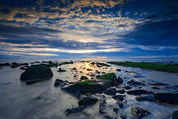 Sonnenuntergang entlang der Nordsee mit einem typischen Wellenbrecher im Vordergrund von gaps photography