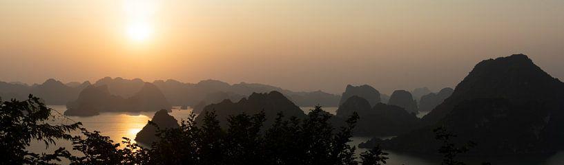 Coucher de soleil dans la baie d'Halong sur Niki Radstake