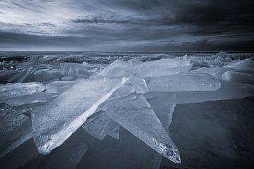 Zerkleinern von Eis im Winter auf dem IJsselmeer. Wenn das IJsselmeer gefroren ist und es zu tauen b von Bas Meelker