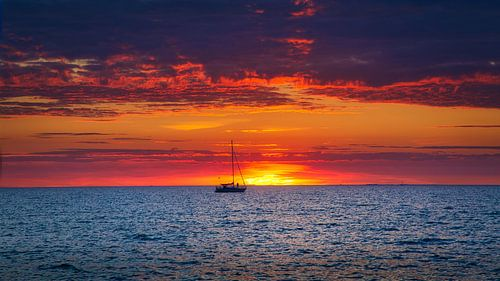 Zonsondergang met zeilboot
