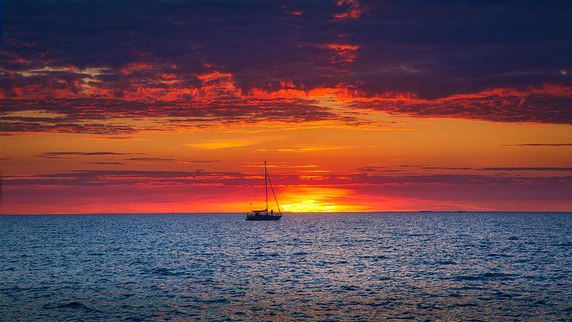 Zonsondergang met zeilboot van Hilda Weges