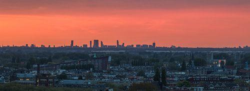 De skyline van Den Haag tijdens zonsondergang