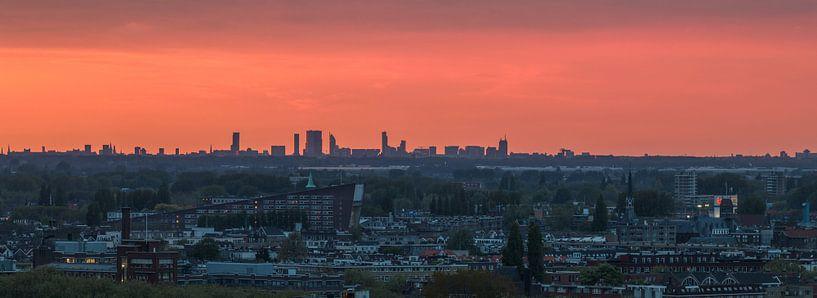 De skyline van Den Haag tijdens zonsondergang van MS Fotografie | Marc van der Stelt