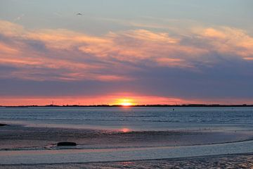 prachtige zonsondergang aan zee op een warme zomerdag van Angelique Nijssen
