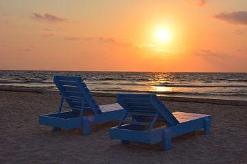 Zonsondergang strand en blauwe ligbedden van My Footprints