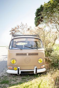 Vintage volkswagen camper in Frankrijk van Evelien Oerlemans