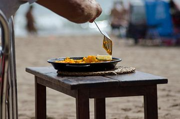 Paella eten op het strand