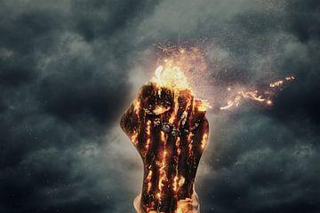 verkoolde vuist in vlammen stijgt op voor donkere wolken van Besa Art