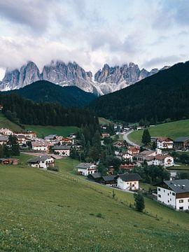 Bergsturz mit schneebedeckten Gipfeln im Hintergrund in den italienischen Dolomiten von Michiel Dros
