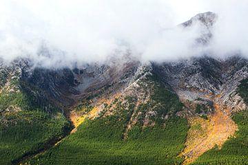 Wolken tegen de bergtoppen van Nathan Marcusse