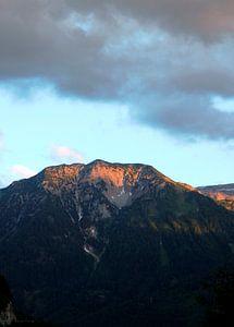 Berg in ondergaande zon van Danielle Holkamp