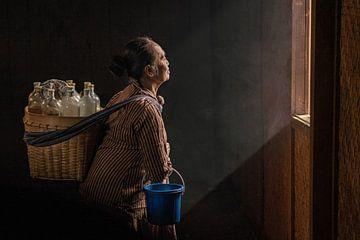 Javaanse vrouw die traditionele kruiden drankjes verkoopt van Anges van der Logt