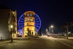 Schlossturm und blaues Riesenrad in Düsseldorf von
