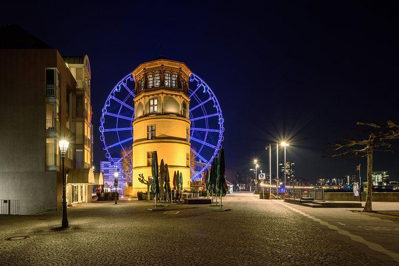 Castle tower and blue ferris wheel in Dusseldorf van Michael Valjak