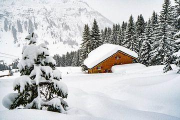 Chalet in de besneeuwde bergen van Lech, Oostenrijk van Ralf van de Veerdonk
