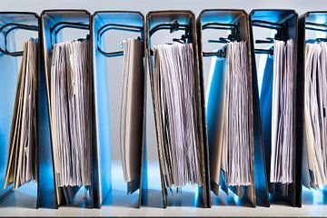 Reihe von Bindemitteln in blauem Licht von Peter de Kievith