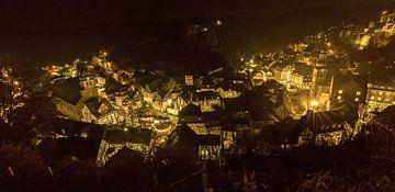 Panorama van de oude stad Monschau bij nacht van Gottfried Carls