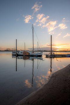 Schip bij zonsopkomst van Moetwil en van Dijk - Fotografie
