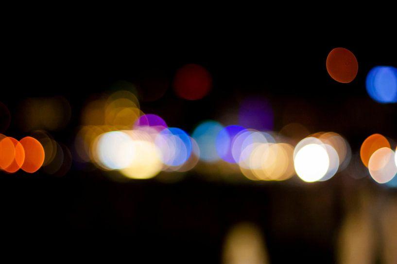 Abstract straatbeeld in de avond 4/4 van Mario Verkerk