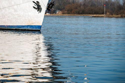 Reflectie van boot in het water