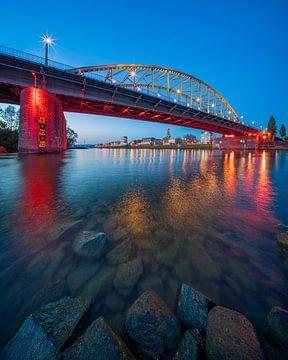 Uniek staand beeld van de Arnhemse Rijnbrug in de avond