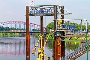 Bijtankstation voor schepen in de haven van Duisburg (7-12954)