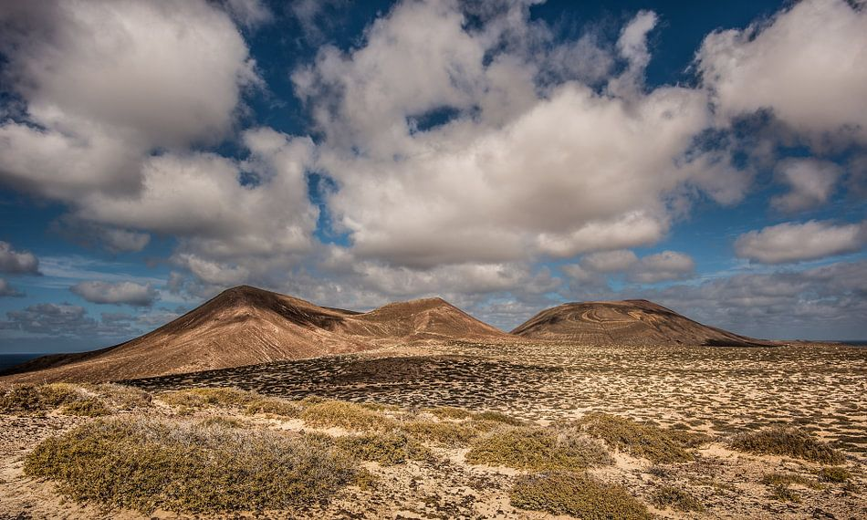 De vulkaan El Mojon op het eiland La Graciosa, een van de Canarische Eilanden van Harrie Muis