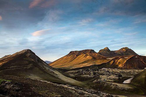 Zonsondergang over de bergen van