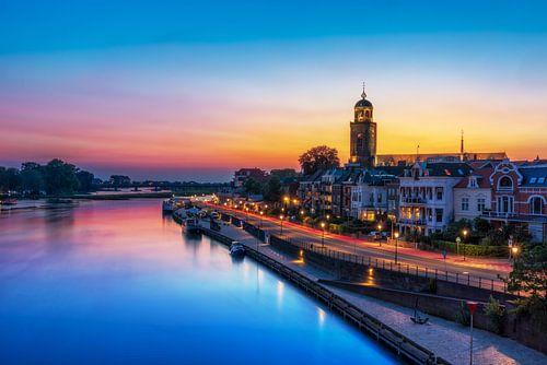 Kleurijk stadsbeeld van Deventer en de Welle Tijdens het blauwe uur