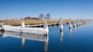 Des glaçons et de l'eau gelée le long du front de mer sur Menno Schaefer