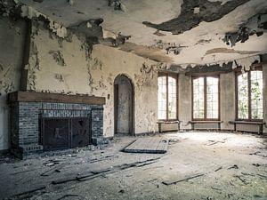 Wohnzimmer mit offenem Kamin in abgelaufener Villa in Belgien